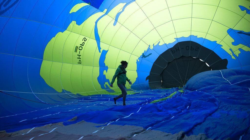 Aktivis Lingkungan Terbangkan Balon Udara di Belgia