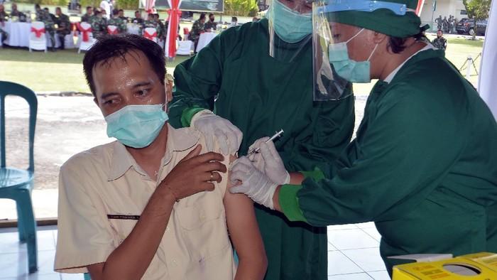 Petugas kesehatan di Bali menggelar simulasi penyuntikan vaksin COVID-19. Simulasi itu digelar sebagai bentuk persiapan penyuntikan vaksinasi COVID-19.