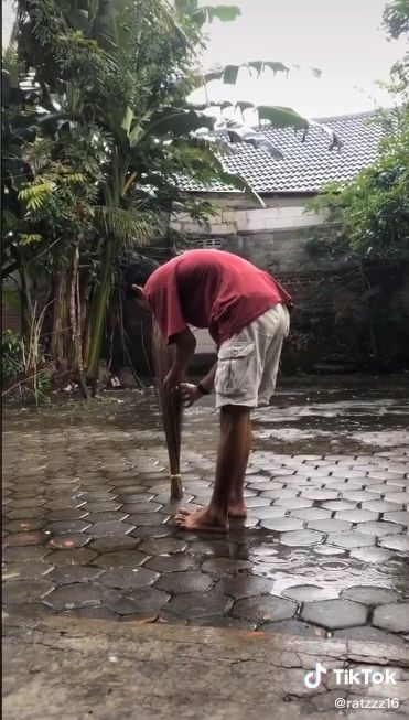 Wow! Pria Ini Berhentikan Hujan Pakai Bumbu Dapur