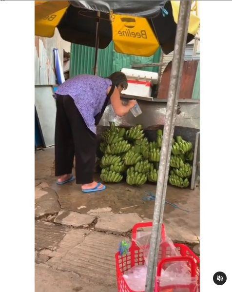 Duh! Wanita Ini Jualan Pisang Disembur Pakai Air Kumur dari Mulut