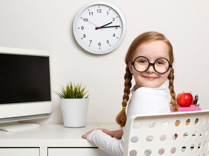 Ilustrasi anak belajar waktu atau jam