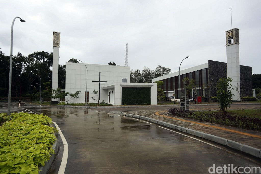 Salah satu fasilitas publik yang tersedia di PLBN Aruk adalah gereja dan masjid. Kedua tempat ibadah itu pun berdiri berdampingan di kawasan tersebut.