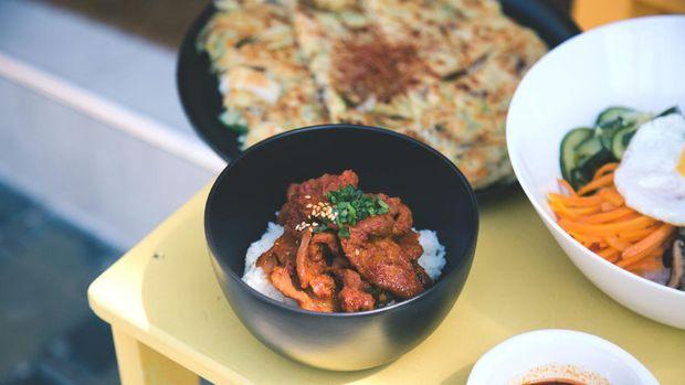 Jika Anda penggemar makanan Korea, Jinjja Chicken bisa jadi pilihan. Restoran ini menyuguhkan ayam khas Korea dengan bumbu yang tebal dan gurih!