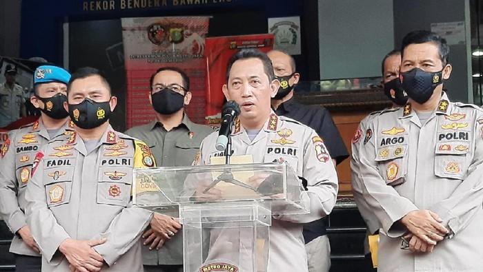 Kabareskrim Polri Komjen Listyo Sigit Prabowo bersama Kapolda Metro Jaya Irjen Fadil Imran dan Kadiv Humas Polri Irjen Argo Yuwono memberikan keterangan terkait kasus Habib Rizieq dan penyerangan oleh FPI terhadap polisi.
