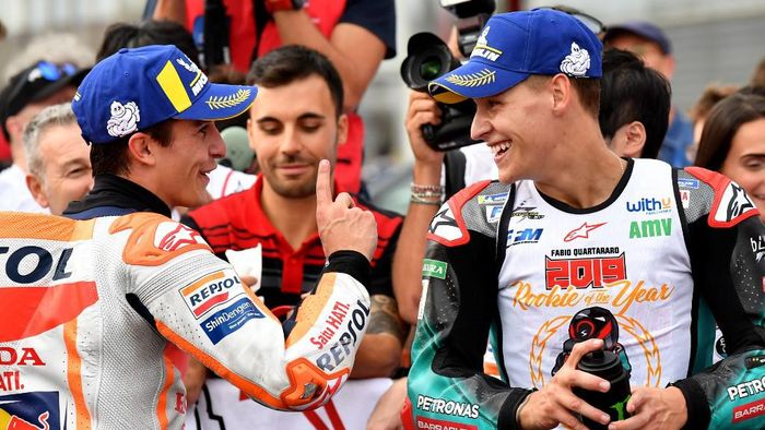 Japanese Grand Prix winner Repsol Honda Team rider Marc Marquez of Spain (L) chats with second placed Petronas Yamaha SRT rider Fabio Quartararo of France (R) at the parc ferme after the MotoGP class Japanese Motorcyle Grand Prix at the Twin Ring Motegi circuit in Motegi, Tochigi prefecture on October 20, 2019. (Photo by Toshifumi KITAMURA / AFP)
