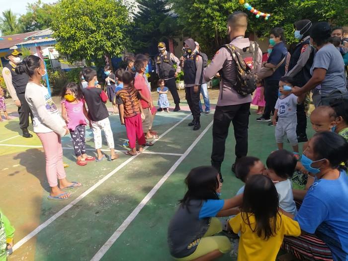 Polisi beri trauma healing ke korban banjir Medan (dok. Istimewa)