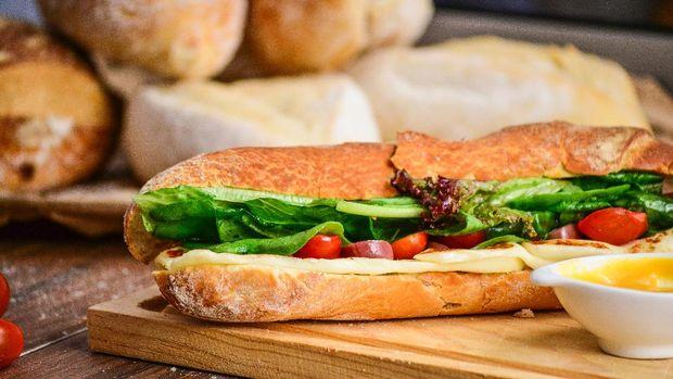 Subway mengantongi sertifikasi halal sejak 2018. Restoran ini menyuguhkan sandwich dengan beragam isian dan ukuran. Anda bisa menemukan gerainya di #B2-223.