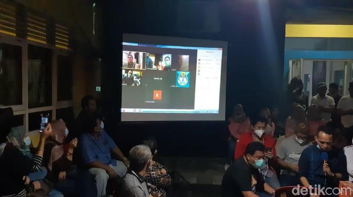Tim Pemenangan Haris- Sani saat mendengarkan hasil hitung cepat LSI