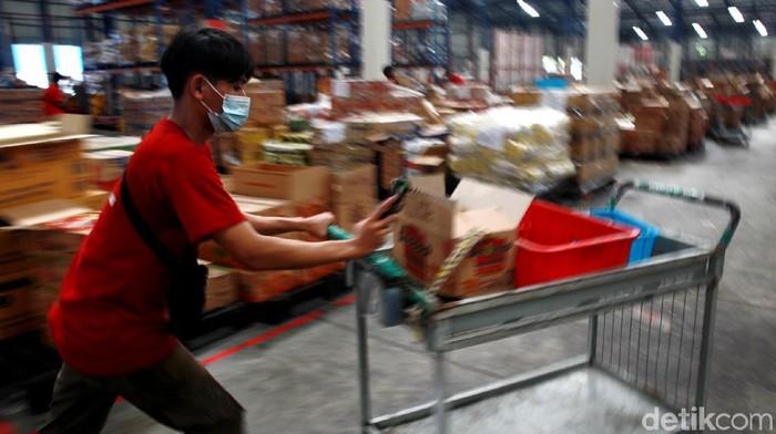 Para pekerja pengemasan (picker) beradu cepat menyelesaikan order pemesanan belanja online (e-commerce) di JD.ID Warehouse, di Marunda, Jakut.