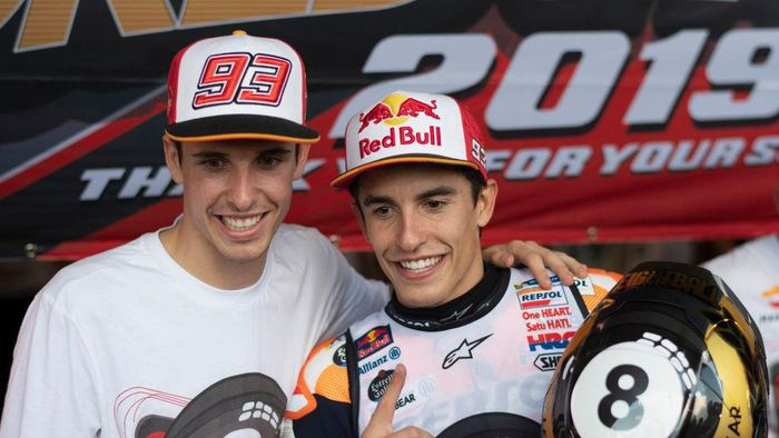 BANGKOK, THAILAND - OCTOBER 06: Marc Marquez of Spain and Repsol Honda Team  celebrates the MotoGP victory and the 2019 MotoGP Championship with his brother Alex Marquez (L) at the end of the MotoGP race  during the MotoGP of Thailand - Race on October 06, 2019 in Bangkok, Thailand. (Photo by Mirco Lazzari gp/Getty Images)