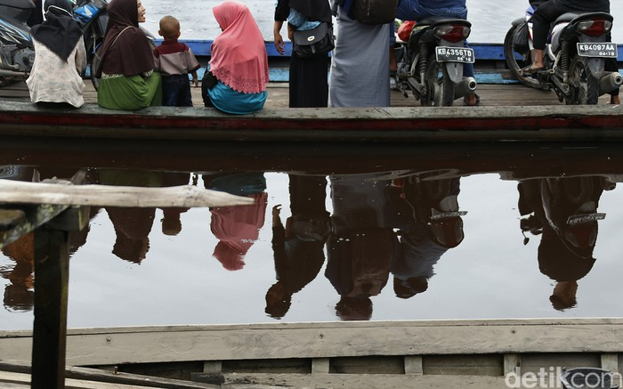Berada di atas perahu lewati permukaan sungai Sambas, menjadi hal yang menyenangkan bagi masyarakat perbatasan Aruk.
