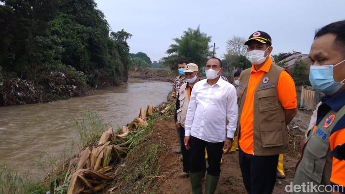 Doni Monardo cek lokasi banjir di Medan, Sumatera Utara (Datuk Haris/detikcom)