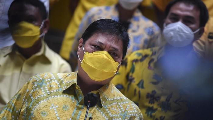 Ketua Umum Partai Golkar Airlangga Hartarto memberikan keterangan pers tentang hasil Pilkada serentak 2020 di Jakarta, Kamis (10/12/2020). Dalam keterangannya Airlangga mengatakan berdasarkan hasil hitung cepat (quick count) dari 270 wilayah yang menggelar Pilkada serentak, pasangan yang didukung Partai Golkar menang di 165 daerah. ANTARA FOTO/Muhammad Adimaja/wsj.