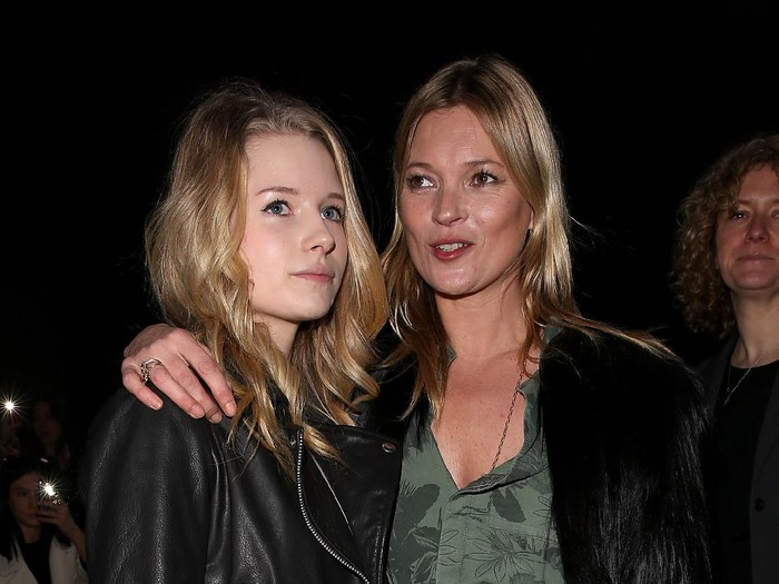 LONDON, ENGLAND - FEBRUARY 16:  Kate Moss and sister Lottie Moss attends the Topshop Unique show at London Fashion Week AW14 at Tate Modern on February 16, 2014 in London, England  (Photo by Danny E. Martindale/Getty Images)
