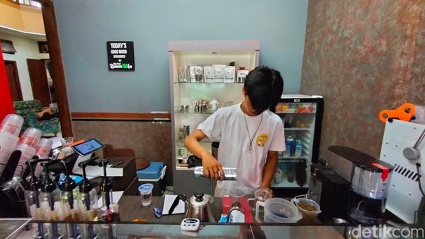 Tentunya teh di Kedai RomanTEAka ini merupakan single origin atau teh asli, bukan teh celup maupun teh bubuk yang biasa ada di rumah.