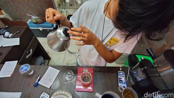 Bagi Anda yang merupakan tea addict tentu tidak asing dengan jenis-jenis teh single origin tersebut. Namun tidak sedikit juga masyarakat Kuningan yang belum mengenal teh single origin.