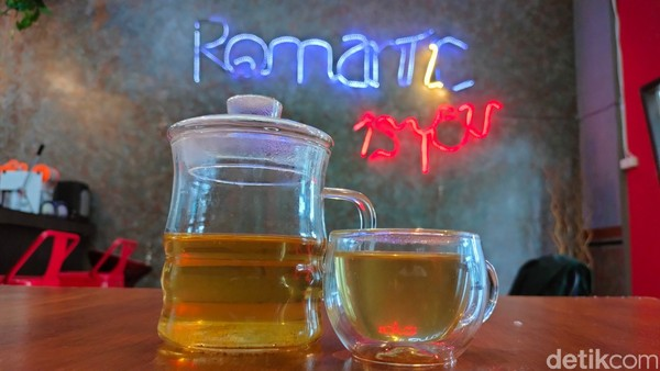 Teh single origin yang ada di Kedai RomanTEAka saat ini berasal dari daerah-daerah penghasil teh seperti Bandung dan Jawa Tengah.