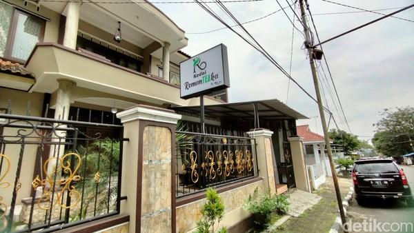 Ini kedai teh yang baru buka di Kuningan, Jawa Barat. Namanya Kedai RomanTEAka.