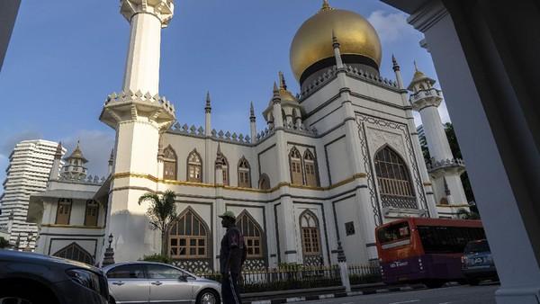 Layaknya Singapura yang multikultural, Masjid Sultan sarat akan nuansa India, Persia, dan Islam dengan ciri khas kubah besar serta menara. Ore Huiying/Getty Images.