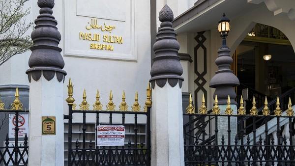 Pada 1924, masjid ini direnovasi untuk pertama kalinya. Bangunan baru didirikan di samping bangunan lama. Mulai dari sinilah, Masjid Sultan tampak seperti apa yang kita lihat sekarang.