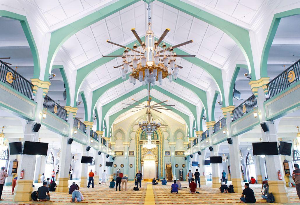 Bagi warga lokal, Masjid Sultan rasanya tak asing lagi. Kubahnya yang berwarna emas seperti menjadi ikon yang menghasi area Kampong Glam, salah satu daerah peranakan di Singapura.