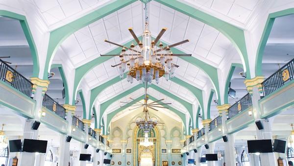 Layaknya masjid pada umumnya, tulisan kaligrafi dan ukiran bernuansa Islami menghiasi bagian dalam masjid termasuk pada sisi mihrab. Motif bunga dan geometris menjadi penghias masjid yang sangat indah. Istimewa/Have Halal Will Travel.