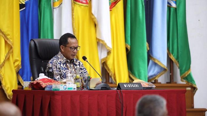 Mendagri Tito Karnavian dalam rapat koordinasi terkait Pilkada 2020