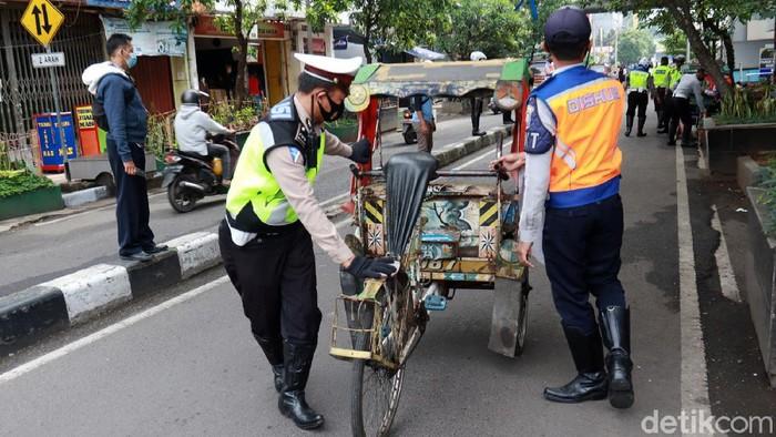 Dishub Kota Bandung melakukan penertiban becak yang mangkal sembarangan, Jumat (11/12/2020). Tak hanya itu, petugas juga memberikan peringatan kepada pengayuh becak yang melawan arus lalu lintas.