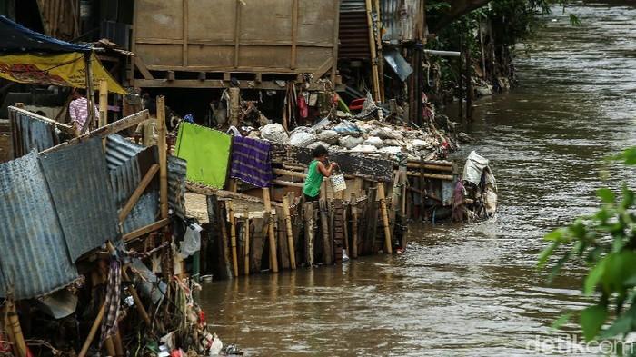 Deretan permukiman di bantaran Sungai Ciliwung, Jakarta, Jumat (11/12/2020). Kepala Dinas Sumber Daya Air (SDA) DKI Jakarta Juaini Yusuf mengatakan pembebasan lahan terkait bantaran kali Ciliwung tetap berlanjut pada 2021.