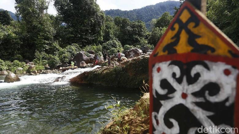 Obyek wisata di kawasan perbatasan, Aruk, Indonesia-Sarawak, Malaysia memiliki potensi dan peluang yang besar dalam menarik minat kunjungan wisatawan lokal maupun mancanegara khususnya dari negara Sarawak, Malaysia.