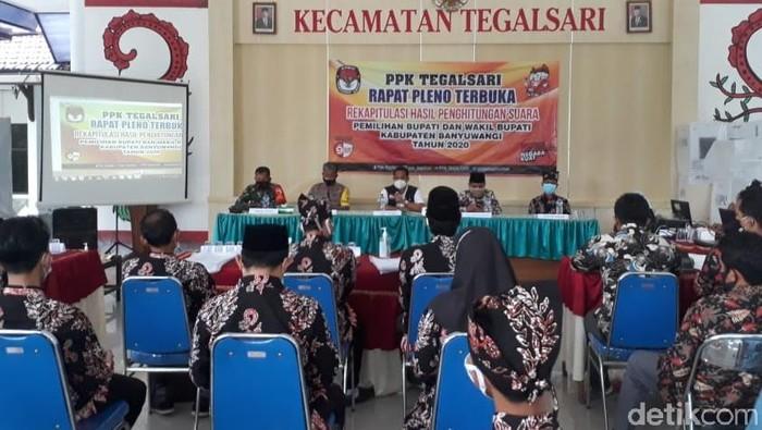Rekapitulasi surat suara Pilkada Banyuwangi mulai digelar di tingkat kecamatan. Namun tidak semua Panitia Pemilihan Kecamatan (PPK) mulai rekap hari ini.