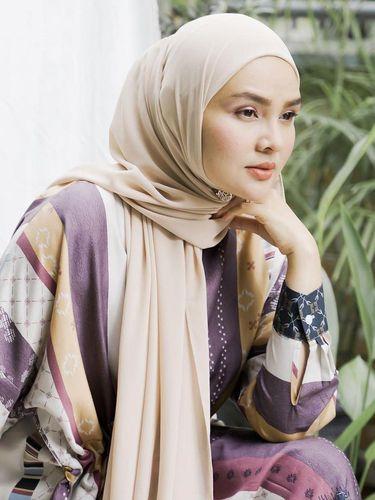 Desainer Ria Miranda memakai hijab pashmina