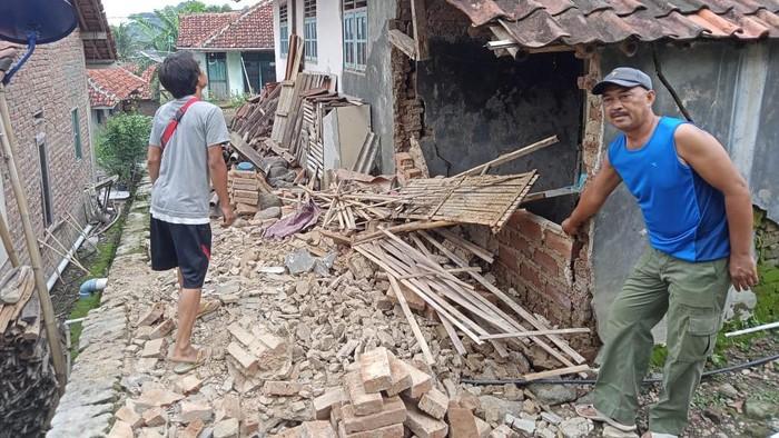 Sejumlah rumah di Kuningan rusak imbas dari guncangan gempa di Brebes, Jateng.