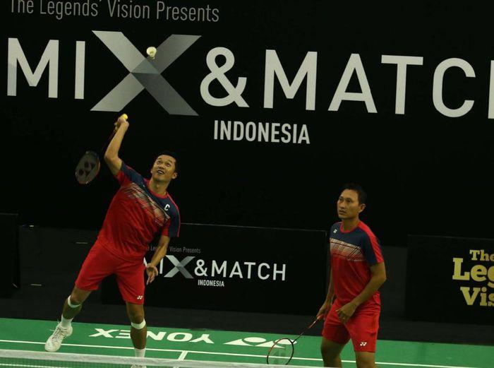 Taufik Hidayat meghibur dalam pertandingan eksebisi.