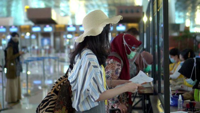 Calon penumpang melengkapi persyaratan penerbangan tes Covid-19 menggunakan aplikasi SehatQ di Bandara Soekarno-Hatta Tangerang, Banten (11/12). Startup bidang health tech SehatQ menjadi mitra resmi PT Angkasa Pura II (Persero) guna mempermudah para penumpang dalam proses tes Covid-19 yang dipersyaratkan.