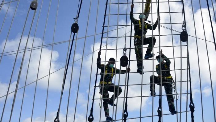 Taruna-Taruni AAL tingkat III angkatan ke-67 mengevakuasi korban yang terjatuh ke laut saat mengikuti kompetisi antar divisi di perairan laut Seram, Maluku, Rabu (9/12/2020). Kegiatan yang digelar selama pelayaran etape kesembilan menuju Tual dalam menguji materi pemanduan,