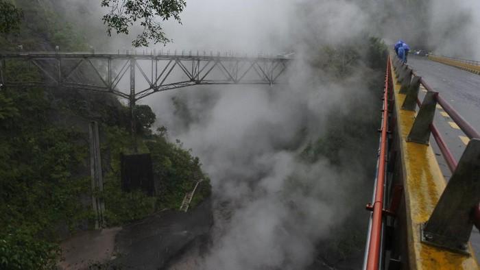 Warga melihat lahar dingin Gunung Semeru, di Jembatan Piket Nol, Candipuro, Lumajang, Jawa Timur, Sabtu (12/12/2020). Banjir lahar dingin di Daerah Aliran Sungai (DAS) Gunung Semeru membawa lava panas, mengeluarkan asap dan berbau belerang. ANTARA FOTO/Seno/hp.