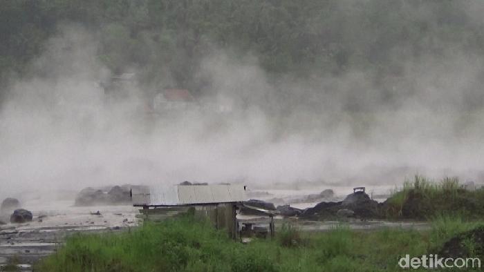 Banjir lahar hujan Gunung Semeru menerjang Sungai Bondeli. Sebanyak 175 warga Dusun Bondeli Selatan, Desa Sumber Wuluh, Kecamatan Candipuro panik dan lari ke pengungsian.