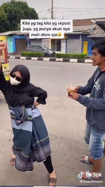 Jajan Es Pinggir Jalan Sambil Joget Pakai Sarung, Wanita Ini Bikin Ngakak