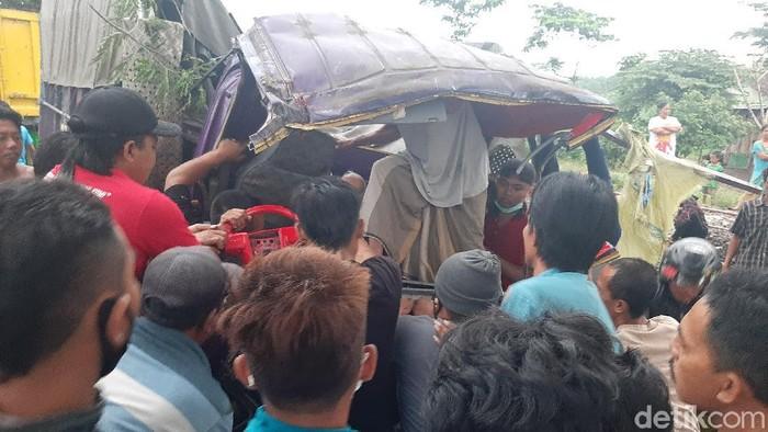 Truk bermuatan beras menabrak pohon di jalur Pantura, Desa Pesisir, Kecamatan Sumberasih, Kabupaten Probolinggo. Sopir sempat terjepit kabin truk.