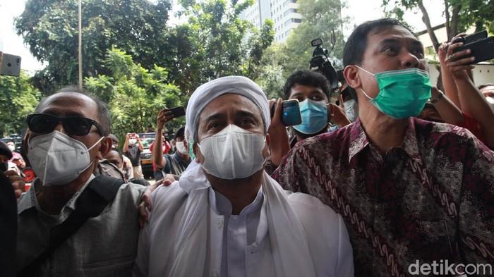 Habib Rizieq Shihab memenuhi panggilan kepolisian terkait kasus kerumunan di Petamburan, setelah ditetapkan sebagai tersangka. Habib Rizieq tiba di Polda Metro Jaya.