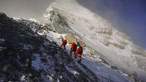 Puluhan Pendaki Dievakuasi dari Gunung Everest Gara-gara COVID-19