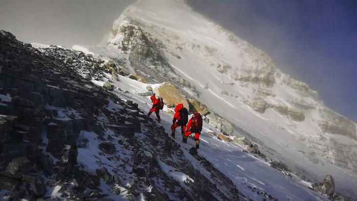 Gunung tertinggi di dunia, Gunung Everest, tercatat bertambah tinggi 86 centimeter dibanding sebelumnya.