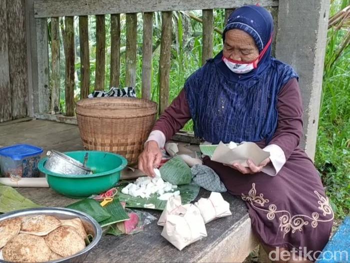 Namanya Miskinem (80). Dia tinggal di Dusun Ngandong, Desa Sidomulyo, Kecamatan Kebonagung, tapi warga sekitar mengenalnya dengan sapaan Simis.