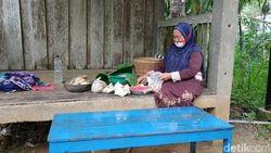 Nenek Simis di Pacitan Jual Jajanan Legendaris Hari Pahing dan Kliwon