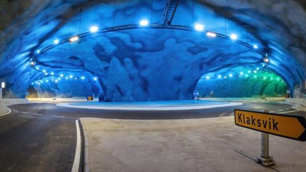 Di sana ada bundaran lalu lintas bawah air yang mencolok, dengan warna biru kehijauan dan berada sekitar 187 meter di bawah laut.