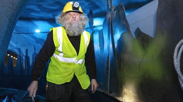 Bundaran di terowongan bawah laut ini didesain oleh seniman Trondur Patursson. Terowongan bawah laut memperpendek waktu berkendara dari Tórshavn (ibu kota Faroe) di pulau Streymoy, ke pusat-pusat Runavík dan Strendur, di pulau Eysturoy. Perjalanan yang biasanya ditempuh sejam kini bisa hanya 16 menit karena memotong kompas.