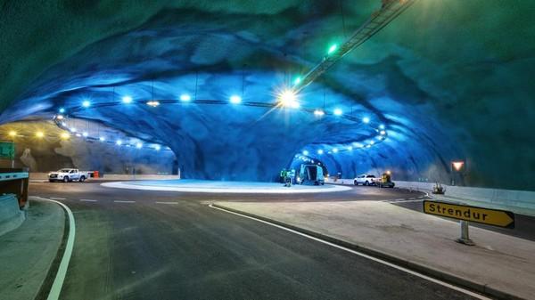 Terowongan bawah laut ini menembus samudra atlantik. Para insinyur membuat bundaran lalu lintas yang sangat cantik di sana.