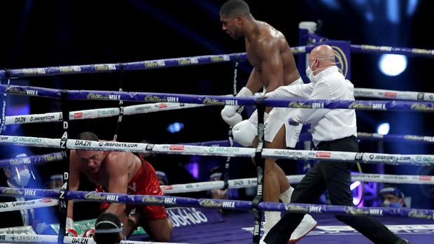 LONDON, ENGLAND - DECEMBER 12: The referee stops the fight as Anthony Joshua knocks down Kubrat Pulev during the IBF, WBA, WBO and IBO World Heayweight Title fight between Anthony Joshua and Kubrat Pulev at The SSE Arena, Wembley on December 12, 2020 in London, England. A limited number of fans (1000) are welcomed back to sporting venues to watch elite sport across England. This was following easing of restrictions on spectators in tiers one and two areas only. (Photo by Andrew Couldridge - Pool/Getty Images)