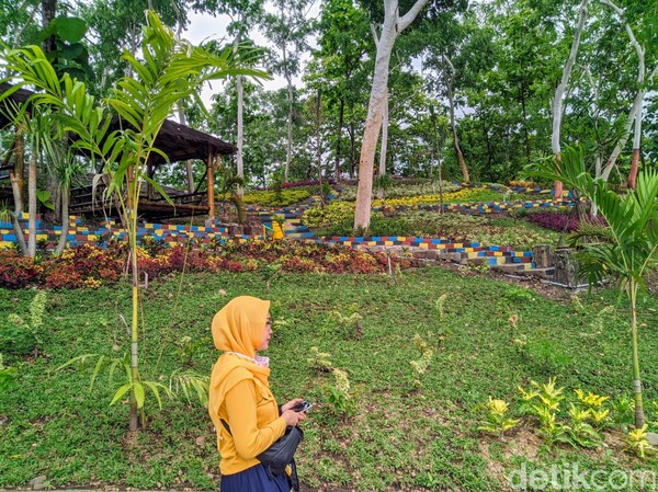 Bukit Soeharto paling pas dijadikan jujugan lokasi wisata karena berada tepat di perbatasan antara Jawa Timur dan Jawa Tengah. Bagi wisatawan yang menuju Jawa Tengah dan melewati Kecamatan Badegan dengan mudah akan melihat bukit Soeharto. Karena lokasinya berada tepat di sebelah jalan utama Ponorogo - Wonogiri.